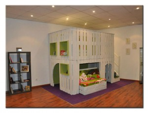 Детский 2-этажный уголок из поддонов